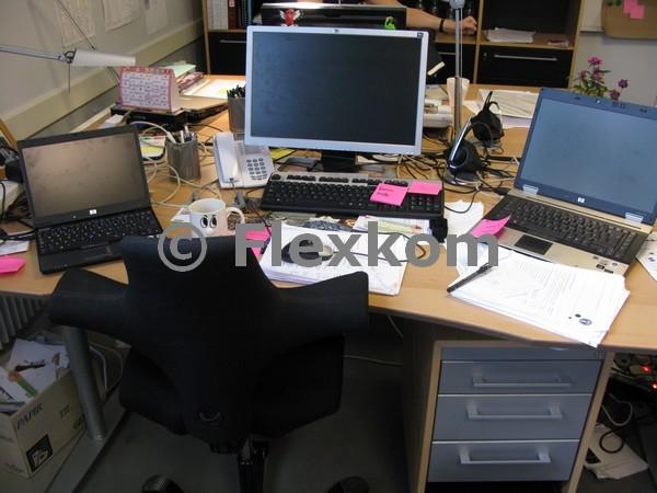 Eksempel på et skrivebord hvor viden er svært tilgængelig :-)